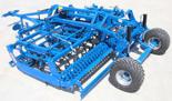 95247944 Kompaktowy agregat uprawowy U 684 wersja półzawieszana z zębem SU i składana hydraulicznie, 32x12mm ze wzmocnieniem, redlica 35x200x5mm, 4 rzędy zębów (szerokość robocza: 4,5 m, liczba zębów: 47, zapotrzebowanie mocy: 150 KM)