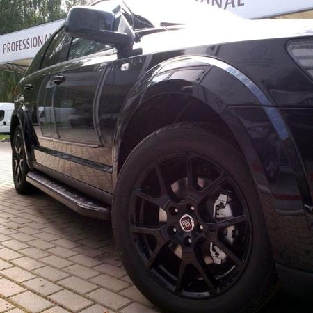 01655975 Stopnie boczne, czarne - Toyota Hilux 2015+ (długość: 193 cm)